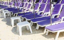 Camas de Sun en la playa Fotografía de archivo