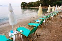 Camas y paraguas de la playa Fotografía de archivo libre de regalías