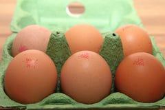 Camberley,英国- 2016年12月31日:在绿色箱子的红皮蛋有英国蛋跟踪的代码和狮子的烙记 免版税库存照片
