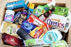 Camberley,萨里,英国- 2016年11月17日:有废物的国内回收的箱子从主要英国品牌 库存图片