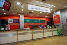 CAMBERLEY, ANGLETERRE, le 7 juin 2016 : Point de collection à Argos Photos stock