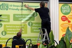 CAMBERLEY, ANGLIA, Czerwiec 07 2016: Dwa mężczyzna stawiają up środowiskowych plakaty Zdjęcie Royalty Free