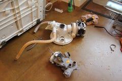CAMBERLEY, GROSSBRITANNIEN, AM 20. JULI 2016: Abgebaute BOSCH-Spülmaschine, die Wasserpumpen zeigt Lizenzfreie Stockfotografie
