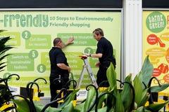 CAMBERLEY, INGLATERRA, el 7 de junio de 2016: Dos hombres pusieron los carteles ambientales Imagenes de archivo