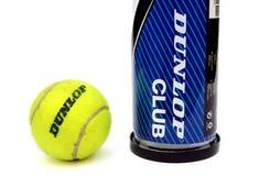 Camberley, R-U - 22 février 2017 : Balle de tennis et créancier jaunes de Dunlop Image stock