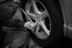 Cambi e ripari la ruota di automobile Fotografia Stock