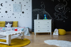Cambi la stanza di bambino in spazio cosmico Immagini Stock