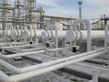 Cambiadores de calor en una refinería Imagenes de archivo