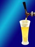 Cambiale della birra e vetro congelato sull'azzurro di gradiente Fotografia Stock Libera da Diritti