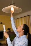 Cambiamenti in lampada economizzatrice d'energia della lampadina Fotografie Stock Libere da Diritti