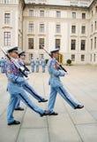 Cambiamento cerimoniale delle protezioni al castello di Praga Immagine Stock Libera da Diritti