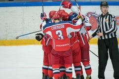 Cambiamento dei giocatori di hockey alla partita Immagini Stock