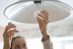 Cambiamento della lampada del LED immagine stock
