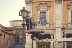 Cambiamento della lampadina della posta della lampada Fotografia Stock Libera da Diritti