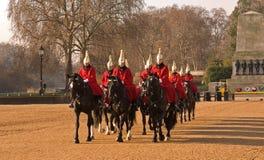 Cambiamento della protezione, parata delle protezioni di cavallo. Immagine Stock