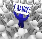 Cambiamento - la holding della persona firma dentro la folla Fotografie Stock