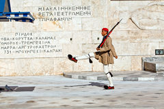 Cambiando los protectores acercan al parlament en Atenas fotos de archivo libres de regalías