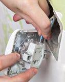 Cambie el interruptor de la luz, conecte los alambres del cableado de la casa imagenes de archivo