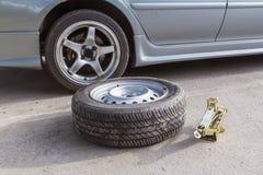 Cambie las ruedas de repuesto Fotografía de archivo