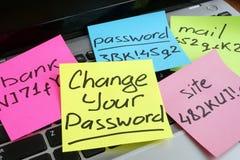 Cambie su contraseña Ordenador portátil con los trozos de papel foto de archivo libre de regalías