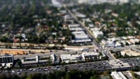 Cambio aéreo de la inclinación del tráfico de la autopista sin peaje almacen de video