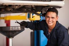 Cambio de aceite en un taller mecánico Imágenes de archivo libres de regalías