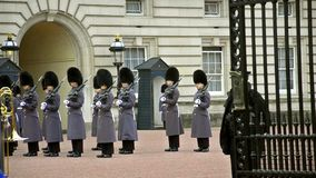 Cambio de guardias en el Buckingham Palace en Londres, Reino Unido almacen de video