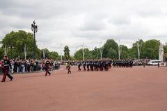 Cambio de la ceremonia de los guardias en el Buckingham Palace Fotos de archivo