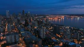Cambio de la inclinación de la oscuridad del lapso de tiempo del paisaje urbano de Seattle almacen de metraje de vídeo