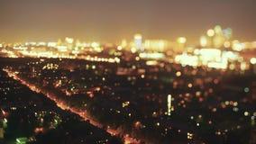 Cambio de la inclinación del lapso de tiempo que tira desde muy arriba de la calle de la noche almacen de metraje de vídeo