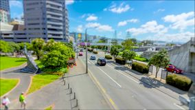 Cambio de la inclinación del lapso de tiempo del tráfico, de la ciudad y de nubes metrajes