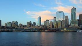 Cambio de la inclinación del paisaje urbano de la vista lateral del paseo del transbordador de Seattle almacen de video