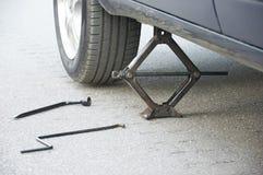 Cambio de la rueda de coche Fotografía de archivo libre de regalías