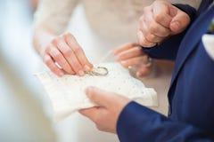 cambio de los anillos de bodas Fotografía de archivo
