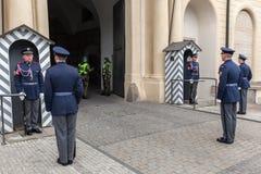 Cambio de los guardias del castillo de Praga Praga, República Checa Fotos de archivo
