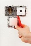 Cambio de un accesorio eléctrico defectuoso de la pared imagen de archivo