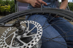 Cambio de un neumático de la bici Fotos de archivo libres de regalías