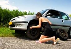 Cambio de un neumático plano Foto de archivo libre de regalías