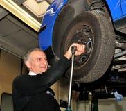 Cambio de una rueda. Fotos de archivo libres de regalías