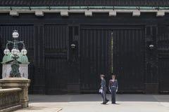 Cambio del guardia en el palacio imperial en Tokio, Japón fotografía de archivo