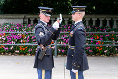 Cambio del guardia en la tumba del desconocido en el Ce de Arlington Fotografía de archivo