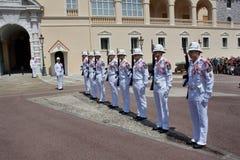 Cambio del guardia real en curso en el castillo real Fotos de archivo libres de regalías