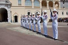 Cambio del guardia real en curso en el castillo real Fotografía de archivo libre de regalías