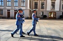 Cambio del guardia - tres soldados del guardia del castillo de Praga que marchan para cambiar los que está que guardan la entrada Fotografía de archivo libre de regalías