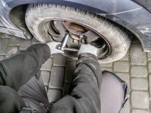 Cambio del neumático de coche Imagenes de archivo