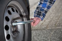 Cambio del neumático de coche Foto de archivo