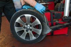 Cambio del neumático de coche Imagen de archivo libre de regalías