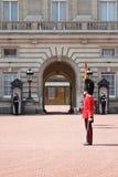 Cambio del protector en Buckingham Palace Imágenes de archivo libres de regalías