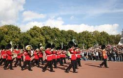Cambio del protector en el Buckingham Palace Imágenes de archivo libres de regalías