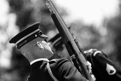 Cambio del protector en el cementerio de Arlington Foto de archivo libre de regalías